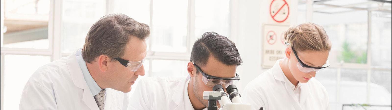 Tři vědci
